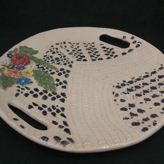 керамическая тарелка с ручками.