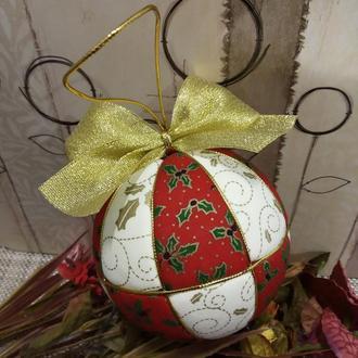Червона кулька на ялинку з золотим гостролистом. Діаметр 10 см
