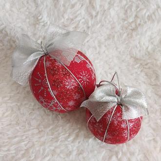 Набор красных новогодних шаров с серебрянными снежинками. 2 шт диаметром 8 и 10 см