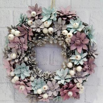Новогодний стильный венок на дверь из лесных шишек и ягод