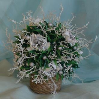 Різдвяна композиція з білими квітами