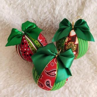 Набор новогодних шаров  в красно-зеленых цветах. 3 шт диаметром 10 см