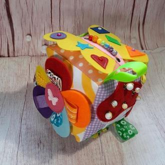Развивающий кубик из фетра и ткани