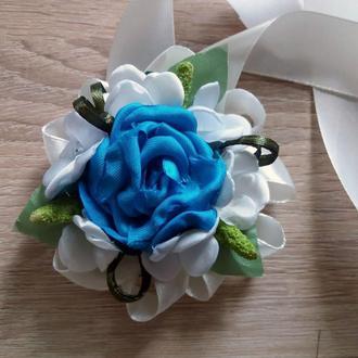 Бутоньерка-браслет для подружек невесты и\или гостей голубая