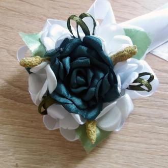 Бутоньерка-браслет для подружек невесты и\или гостей изумрудная