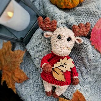 В'язана іграшка лося в светрі