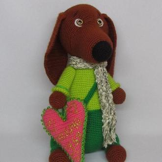 Собака такса Жорик с сердцем вязаная игрушка св. Валентин сердечко валентинка пес щенок