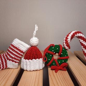 Вязаный новогодний набор. Рождественский венок, шапочка, носок и леденец
