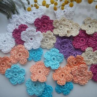 Цветы вязаные , разных форм и цветов