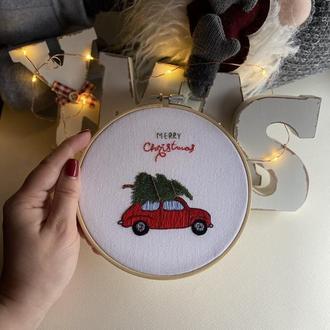 Красный ретро автомобиль с ёлкой