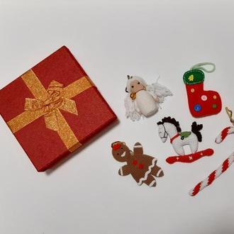 Подарочный набор вязаных елочных игрушек (ангел, лошадк, сапог, карамельная трость, имбирный пряник)
