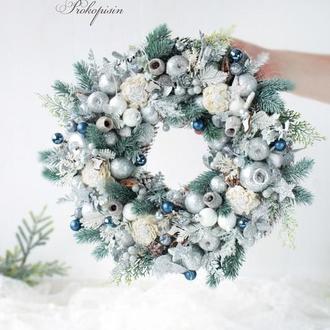Новогодний венок в сине-серебряном цвете .