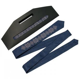 Узкий галстук с вышивкой