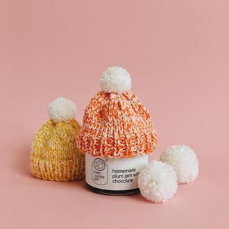 Варенье сливовое с шоколадом в оранжевой вязанной шапочке. Новогоднее предложение.