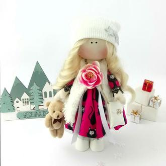 Кукла интерьерная с длинными волосами в шапке