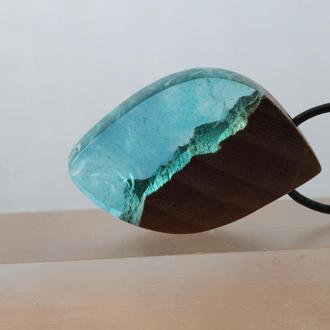 Оригинальный подарок - голубой кулон из смолы и древесины дубового капа, подвеска ручной работы
