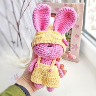 """Зайчик игрушка детская вязанная """"Зайчик розовый в костюме с сумкой+морковка"""""""
