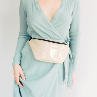 Бежевая сумка на пояс из лакированного кожзама,стильная поясная сумка.
