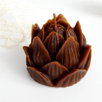 Свеча Лотос из пчелиного воска шоколадная