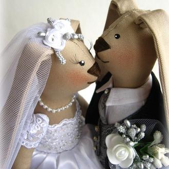 Свадебная пара, зайцы жених и невеста.