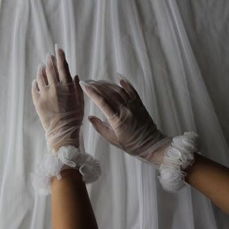 Свадебные перчатки с красивыми  цветами