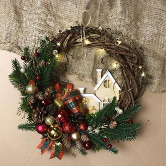 Рождественский венок с гирляндой