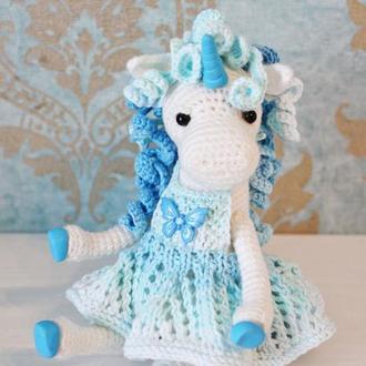 Вязаная игрушка Единорог нежно-голубого цвета в сарафанчике в подарок для девочки.