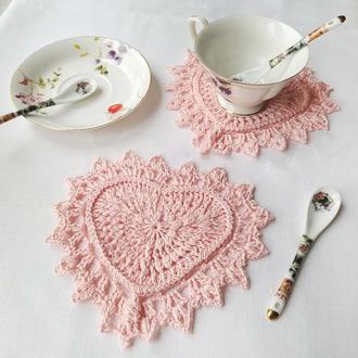 Комплект из 2-х вязаных подставок под чашки -декор ко дню Святого Валентина