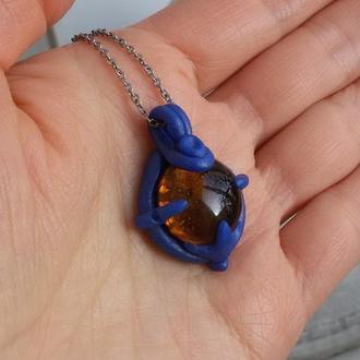 Маленький синій кулон зі вставкою коньячного кольору скла на ланцюжку. Кулон у стилі бохо