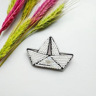 Брошь из бисера и бусин Кораблик Оригами