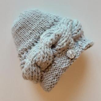 Теплая серая вязаная женская шапка, крупной вязки с косой и пуговицей