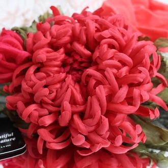 Шелковая хризантема «Коралловая». Цветы из ткани. Брошь