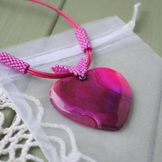 Кулон в форме сердца из натурального агата с плетеными элементами из японского бисера