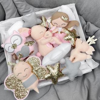 Музичний мобіль з іграшками з фетру. Каруселька на ліжечко Мамина любов для дівчинки