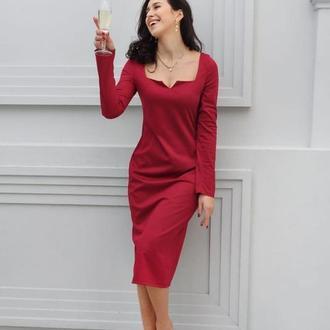 Трикотажное платье миди с красивым декольте