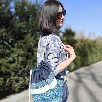 Джинсовий рюкзак із синьою вишивкою