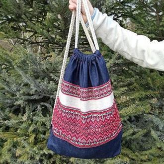 Джинсовый рюкзак с красной вышивкой