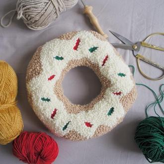 Подушка-пончик в технике ковровой вышивки