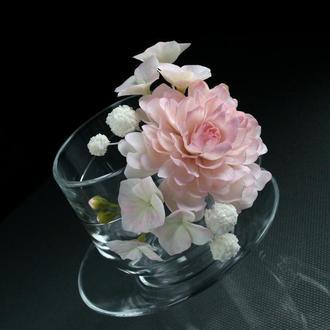 Подарункова чашка з квітами ручної роботи.