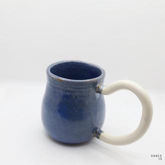 Чашка керамическая синего цвета с белой ручкой