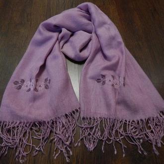 Жіночий шарф з вишивкою