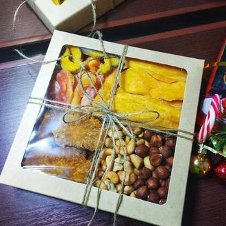 Коробка с фруктами и орехами
