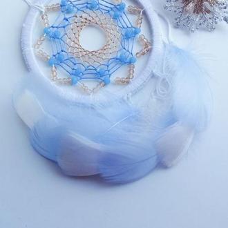 Белый ловец снов с голубыми и бежевыми перьями