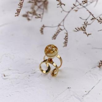 Кольцо с шаром из ювелирной смолы с золотой поталью