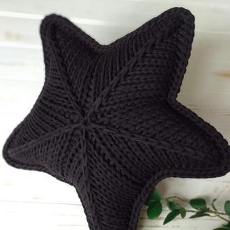 Черная вязаная подушка в форме звезды