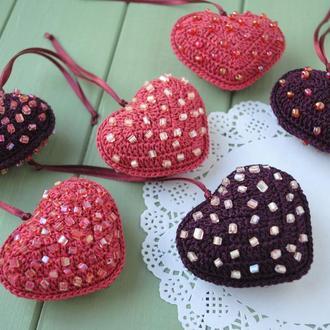 Вязаная подвеска сердце с бусинками / Валентинка