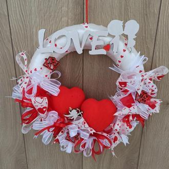 Венок, задекорированный сердцами к дню святого Валентина