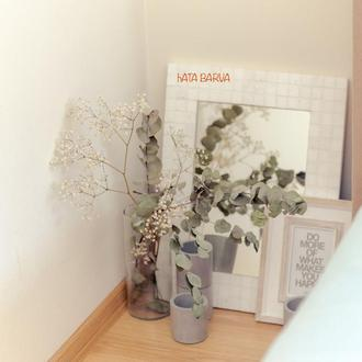Зеркало в белом обрамлении