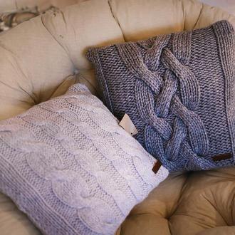Диванная вязанная подушка серого цвета