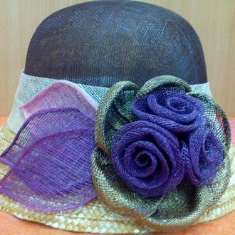 Летняя женская шляпа с маленьким полем из кокосовой соломки коричневая  с цветочной аппликацией